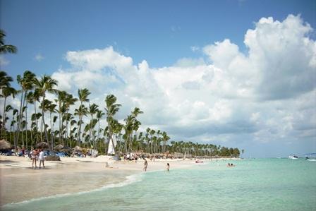 weißer Palmenstrand in der Dominikanischen Republik