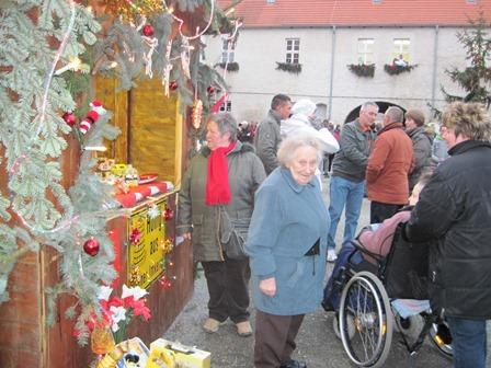 """Der einzige """"weihnachtliche"""" Stand auf dem Weihnachtsmarkt in Egeln"""